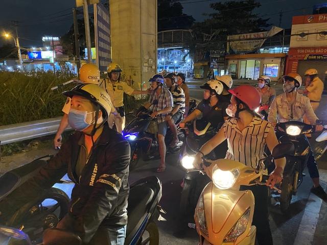 Cảnh sát cửa ngõ Sài Gòn xử lý hàng trăm trường hợp vi phạm giao thông - 4