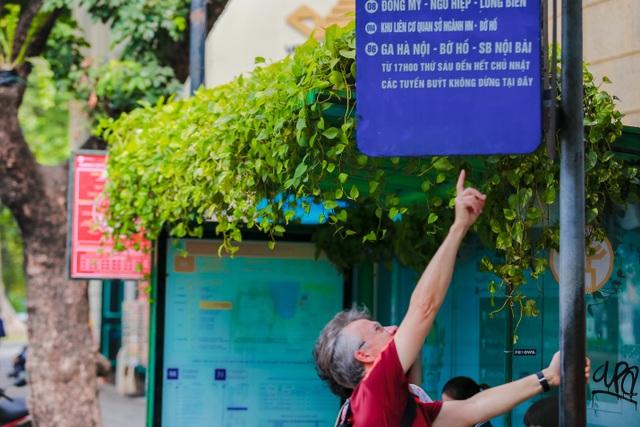 """Người Hà Nội thích thú với những """"khu vườn treo"""" ấn tượng trên nóc trạm chờ xe buýt - 8"""