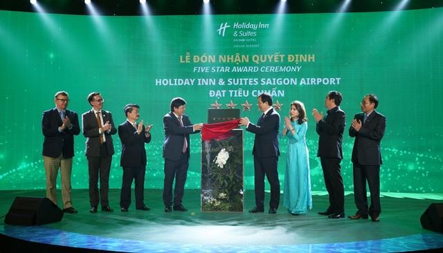 Khách sạn Holiday Inn And Suites đầu tiên tại Việt Nam đạt chứng nhận khách sạn 5 sao - 1