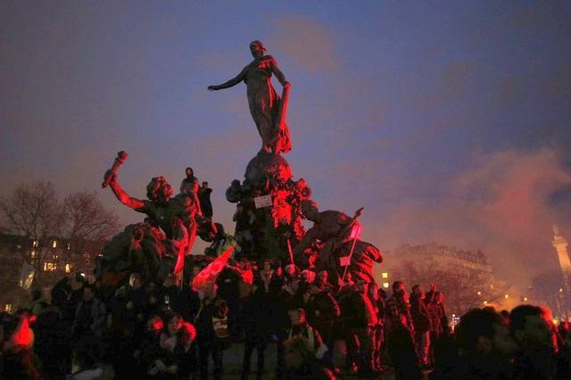 Biểu tình phản đối cải cách lương hưu tại Pháp tiếp tục leo thang - 1