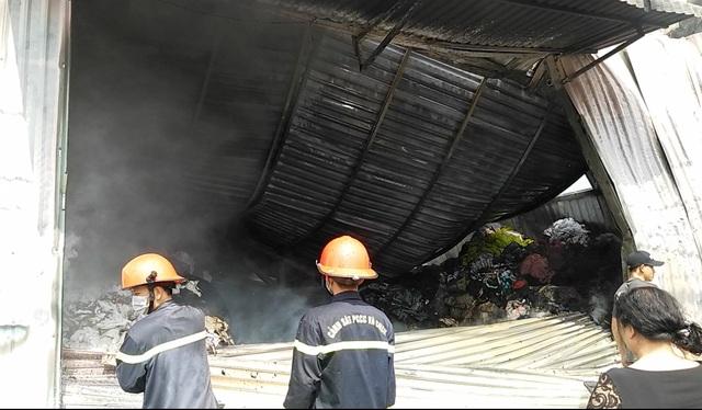 Cháy lớn kho chứa vải ở vùng ven TPHCM - 1