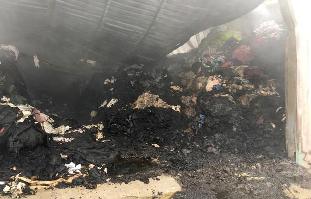 Cháy lớn kho chứa vải ở vùng ven TPHCM - 3
