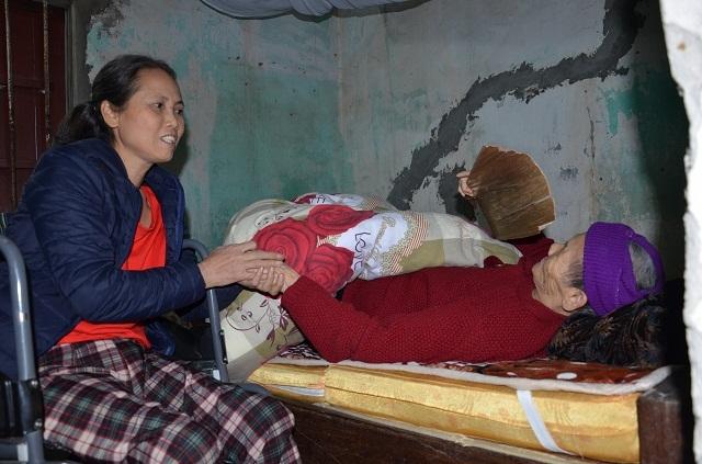 Nghẹn lòng cảnh con gái liệt ngồi xe lăn chăm sóc mẹ già 93 tuổi - 2