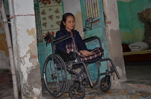 Nghẹn lòng cảnh con gái liệt ngồi xe lăn chăm sóc mẹ già 93 tuổi - 4