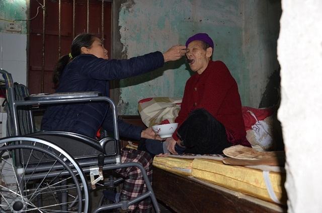 Nghẹn lòng cảnh con gái liệt ngồi xe lăn chăm sóc mẹ già 93 tuổi - 6