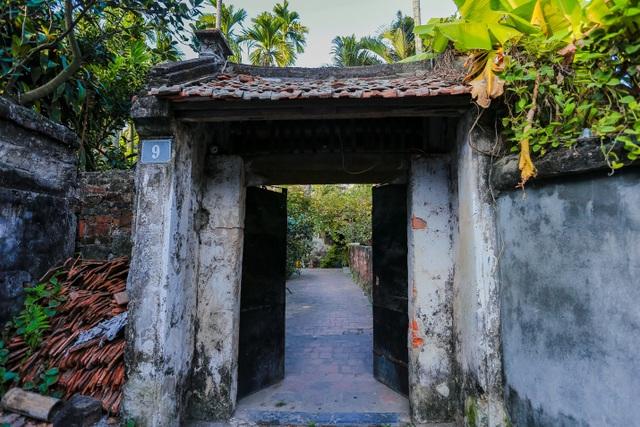 Độc nhất nhà cổ 300 tuổi làm từ gỗ lim, nằm giữa khu vườn xanh mát mắt ở Hà Nội - 1