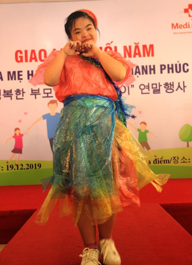 Xúc động màn trình diễn thời trang của trẻ em khuyết tật - 2