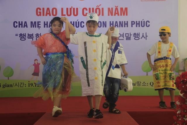 Xúc động màn trình diễn thời trang của trẻ em khuyết tật - 1