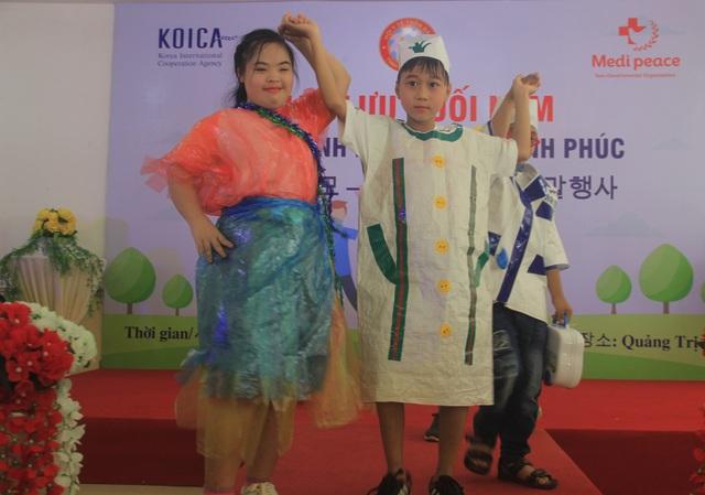 Xúc động màn trình diễn thời trang của trẻ em khuyết tật - 3