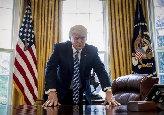 """Nhà Trắng gọi việc luận tội ông Trump là """"vở kịch chính trị đáng hổ thẹn"""" - 1"""