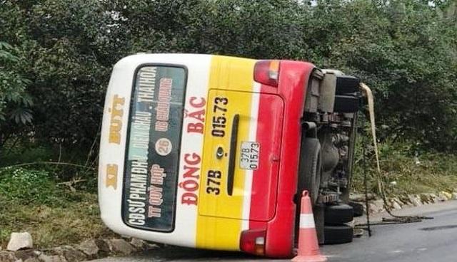 Xe buýt lật nhào, nhiều hành khách cạy cửa thoát thân - 1