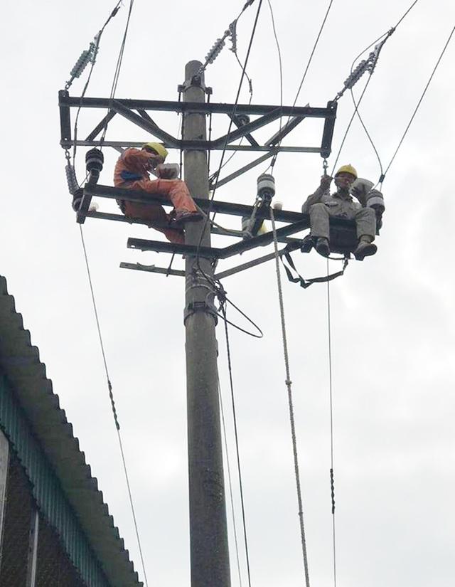 Xúc động bữa cơm trưa trên cao của người thợ điện - 1