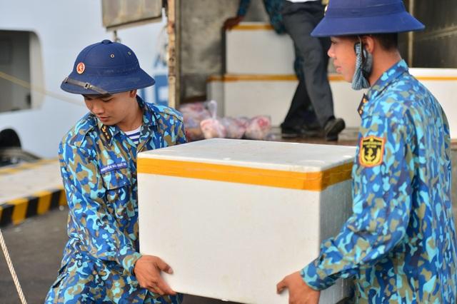 Khánh Hoà: 3.500 suất quà cùng hàng trăm cây quất cảnh lên tàu chuẩn bị đi Trường Sa - 6