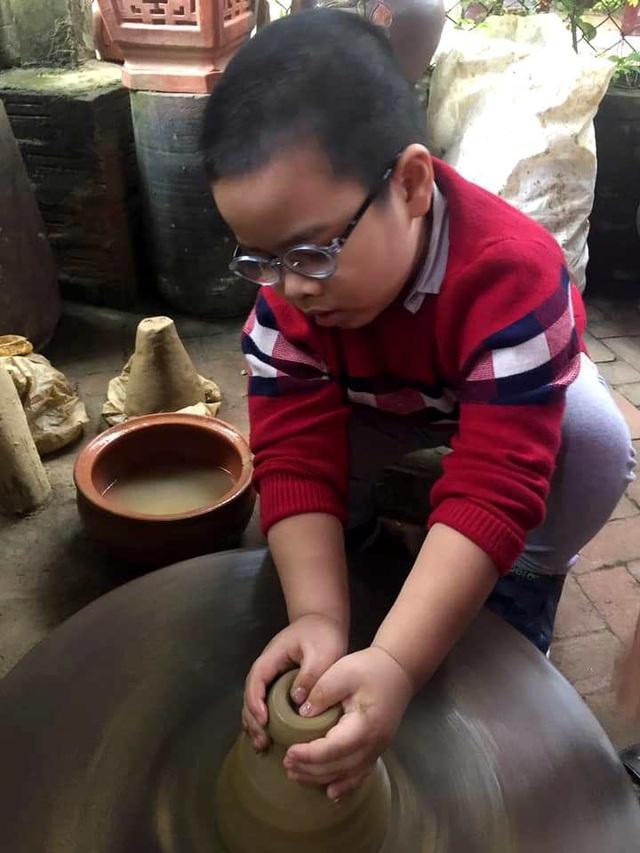 """Du khách thích thú """"về lại tuổi thơ"""" tại làng gốm hơn 500 năm tuổi"""