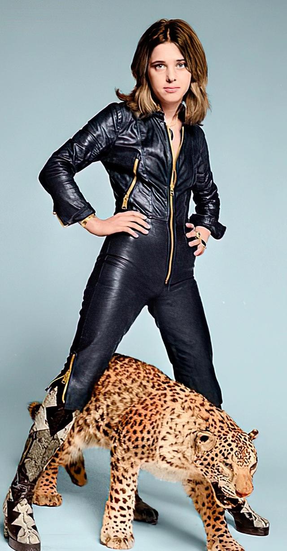 """Nữ ca sĩ đầu tiên dám mặc nguyên cây """"jumpsuit"""" bằng da lên sân khấu - 3"""