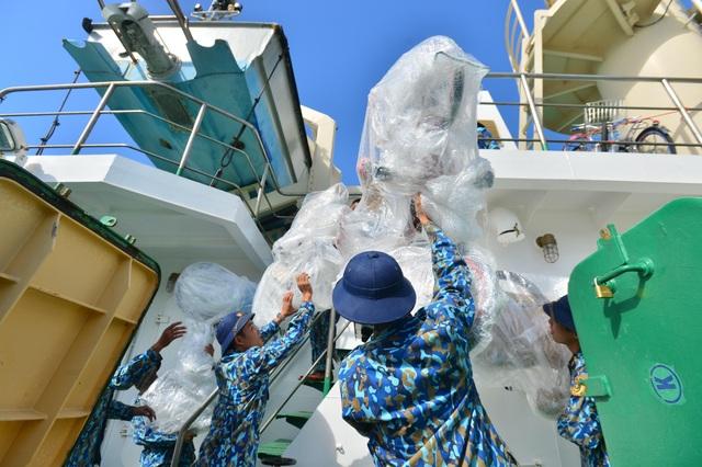 Khánh Hoà: 3.500 suất quà cùng hàng trăm cây quất cảnh lên tàu chuẩn bị đi Trường Sa - 10