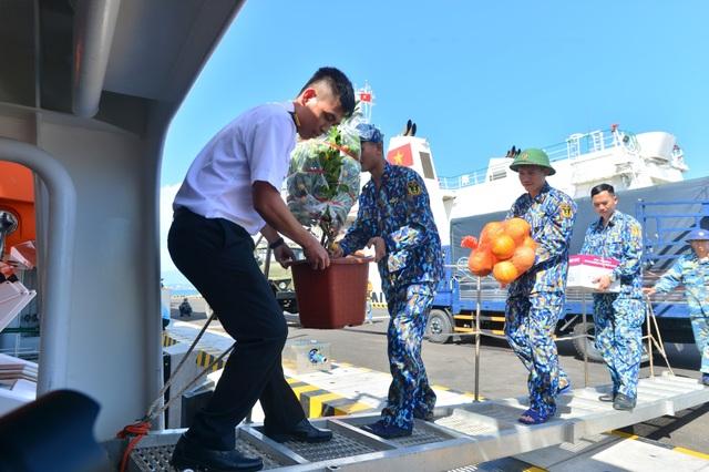 Khánh Hoà: 3.500 suất quà cùng hàng trăm cây quất cảnh lên tàu chuẩn bị đi Trường Sa - 5