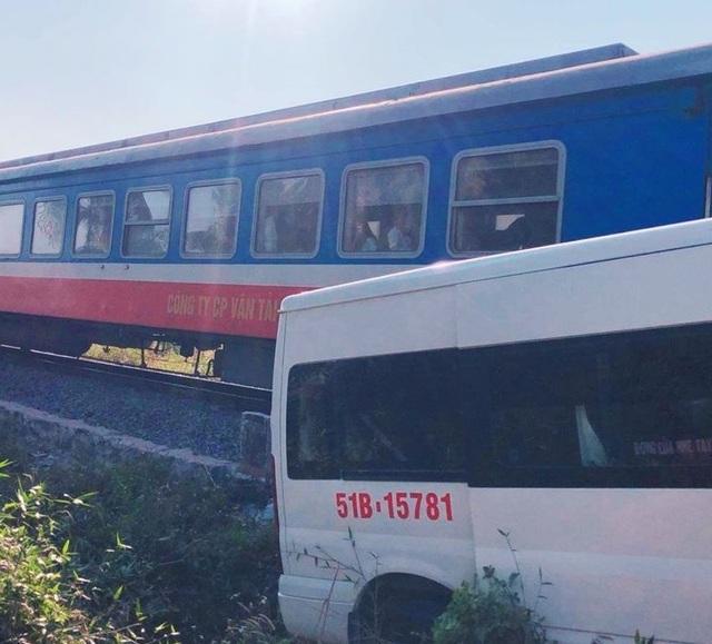 Xe khách bị tàu hỏa tông khi cố vượt rào chắn - 1