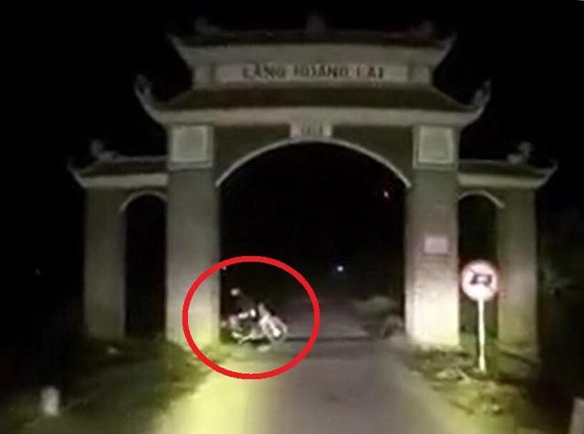 Hai thanh niên nghi dàn dựng cảnh tai nạn để tấn công xe cứu thương - 1