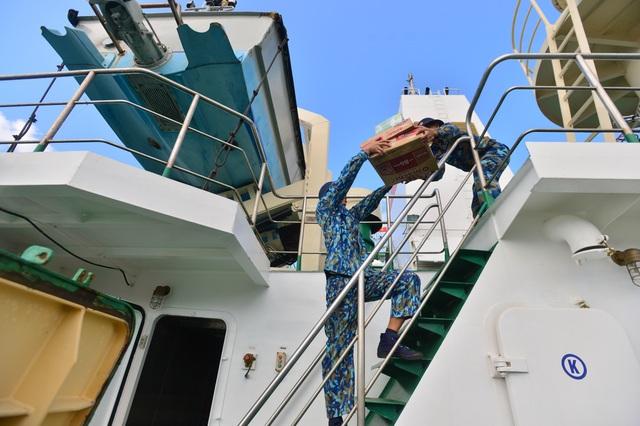 Khánh Hoà: 3.500 suất quà cùng hàng trăm cây quất cảnh lên tàu chuẩn bị đi Trường Sa - 9