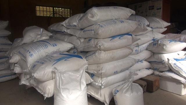 Quảng Ngãi: Lợi dụng xe khách vận chuyển 10 tấn đường nhập lậu - 1