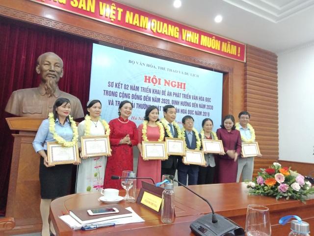 Cô thủ thư đi xin sách cho học sinh nghèo nhận Giải thưởng phát triển văn hóa đọc - 1