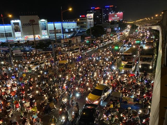 """Cửa ngõ Sài Gòn """"thất thủ"""", CSGT ngăn xe vào trung tâm Thủ Đức - 3"""