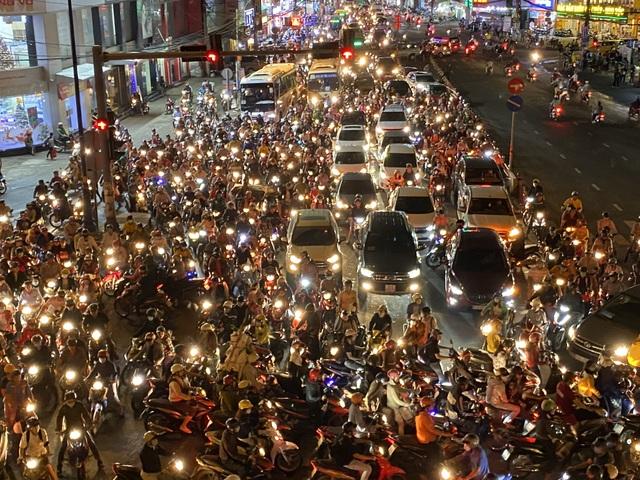 """Cửa ngõ Sài Gòn """"thất thủ"""", CSGT ngăn xe vào trung tâm Thủ Đức - 6"""