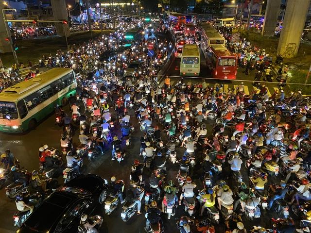 """Cửa ngõ Sài Gòn """"thất thủ"""", CSGT ngăn xe vào trung tâm Thủ Đức - 1"""