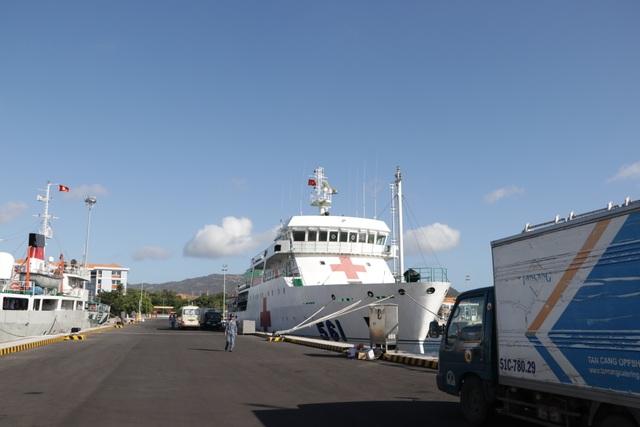 Khánh Hoà: 3.500 suất quà cùng hàng trăm cây quất cảnh lên tàu chuẩn bị đi Trường Sa - 7
