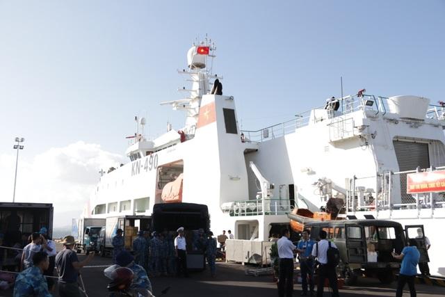 Khánh Hoà: 3.500 suất quà cùng hàng trăm cây quất cảnh lên tàu chuẩn bị đi Trường Sa - 2