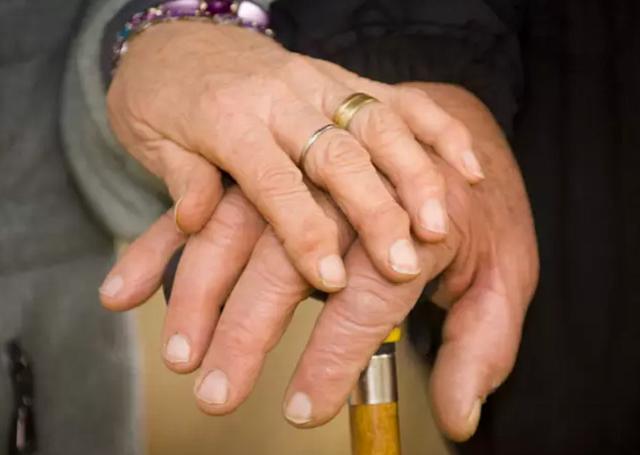 Kết hôn 70 năm, cặp đôi qua đời cách nhau vài phút - 1