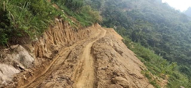 Tự ý mở đường, tạo điều kiện cho lâm tặc phá rừng - 1