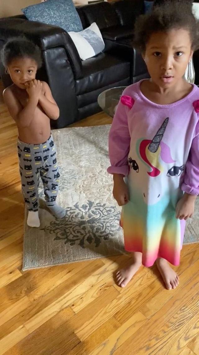 """Hai nhóc tì """"đốt"""" 15 triệu đồng mua đồ chơi trên Amazon mà mẹ không hay biết - 1"""
