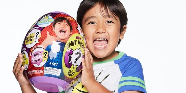 Kiếm 26 triệu USD/năm, cậu bé 8 tuổi trở thành YouTuber có thu nhập cao nhất thế giới