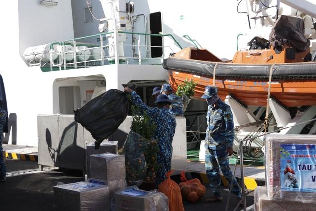 Khánh Hoà: 3.500 suất quà cùng hàng trăm cây quất cảnh lên tàu chuẩn bị đi Trường Sa - 4