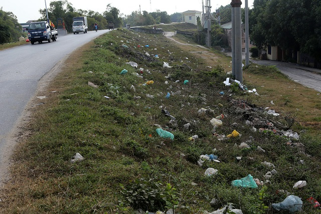 Báo động tình trạng ngập rác thải nhựa tại đê Hữu Hồng  - 1