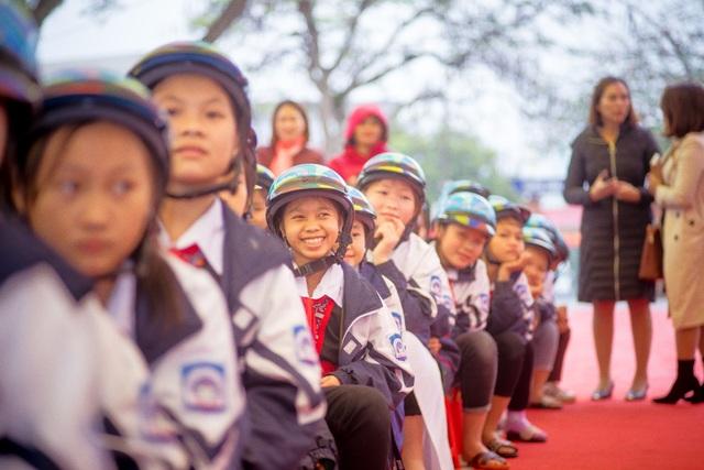 Trao tặng hơn 2000 mũ bảo hiểm cho các em học sinh Yên Bái - 2