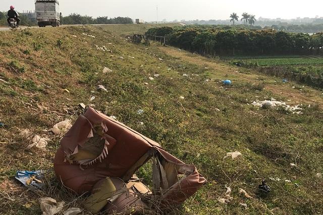 Báo động tình trạng ngập rác thải nhựa tại đê Hữu Hồng  - 12