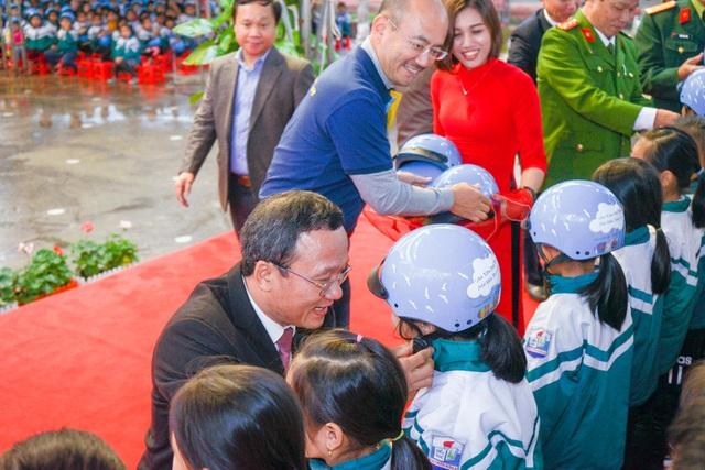 Trao tặng hơn 2000 mũ bảo hiểm cho các em học sinh Yên Bái - 1