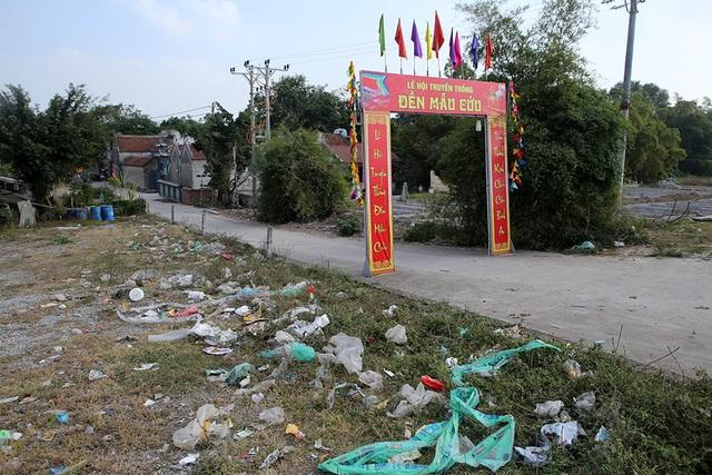 Báo động tình trạng ngập rác thải nhựa tại đê Hữu Hồng  - 2