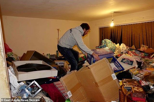 Kinh hoàng khi bước vào căn nhà mới mua với một núi rác tràn ngập khắp nơi - 2