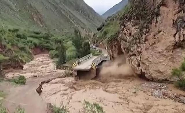 Khoảnh khắc nước lũ đẩy sập vách núi, cuốn phăng cầu tại Peru - 1