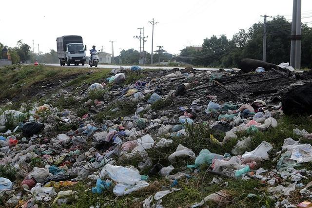 Báo động tình trạng ngập rác thải nhựa tại đê Hữu Hồng  - 3