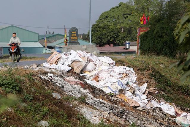 Báo động tình trạng ngập rác thải nhựa tại đê Hữu Hồng  - 5