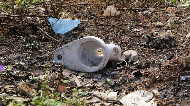 Báo động tình trạng ngập rác thải nhựa tại đê Hữu Hồng  - 6
