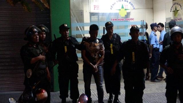 Hơn 100 cảnh sát vây bắt nhóm đối tượng khống chế giám đốc bệnh viện đòi nợ - 2