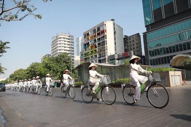 """Buổi diễu hành áo dài """"Mắt Biếc"""" của Gapo gây sốt tại các cung đường trung tâm Sài Gòn - 1"""