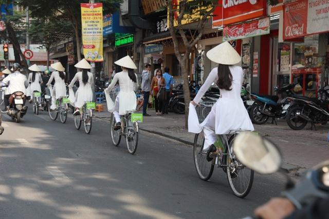 """Buổi diễu hành áo dài """"Mắt Biếc"""" của Gapo gây sốt tại các cung đường trung tâm Sài Gòn - 3"""
