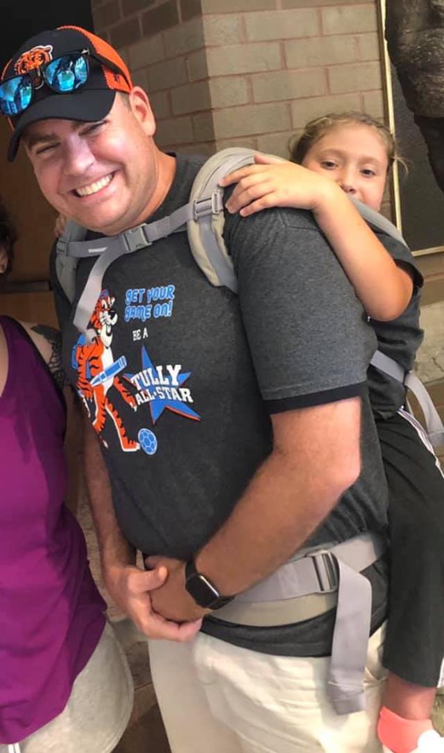 Mỹ: Thầy giáo tình nguyện cõng cô học trò suốt chuyến dã ngoại - 2